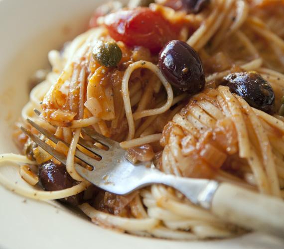 Olívás-paradicsomos-szardellás tészta, vagy ahogy a hazájában hívják: pasta puttanesca. Ez az egyik legrégebbi tésztarecept, minél délebbre mész, annál sűrűbben érezheted az illatát. Lazacos tészta »