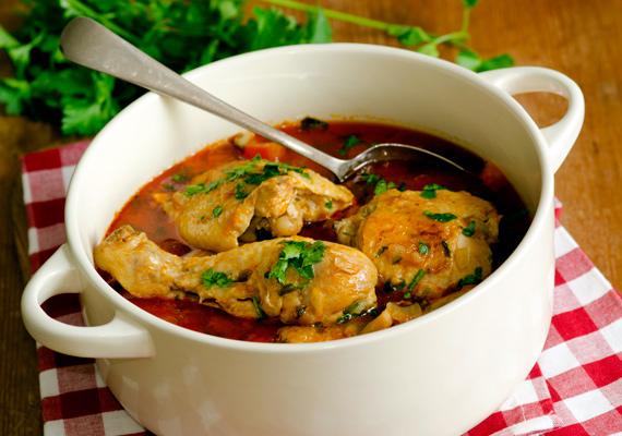 Csirkepaprikás                         A hagyományos, szaftos csirkeétel szintén a magyar konyha megkerülhetetlen fogása. A szaftos fogás akkor lesz igazán finom, ha megfelelő mennyiségű csontos részt is teszel bele, az teszi a szaftját olyanná, amilyennek gyerekkorodban megszokhattad. Jó minőségű, gazdag ízű tejföllel elkeverve lesz tökéletes. A receptjét itt találod.