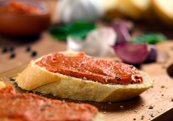 Juhtúrós körözött                         Kezdjük egy előételnek is beillő, de uzsonnára, tízóraira is kiváló paprikás krémmel, a körözöttel. A gazdag ízű kence mindenhez remekül passzol, amivel csak mártogatni lehet, vagy amire kenhetünk valamit. Friss, ropogós kenyérrel éppoly finom, mint házi készítésű krumpli- vagy kukoricachipsszel, vagy esetleg egy egyszerű pitával. Készítsd el így!