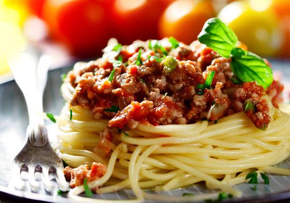 BolognaiA jellegzetes húsos ragut nemcsak spagettire teheted, gyakorlatilag minden tésztaféléhez remekül passzol, gondolj csak a lasagnéra és persze a pizzára. Ha kész a ragu, a tészta pedig megkelt, már csak egy-két lépés választ el a laktató élménytől. Mint minden pizzafeltét, ez is sok-sok sajttal megszórva lesz az igazi.