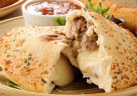 CalzoneHa pedig megvan már, hogy milyen feltéttel leped meg a vendégeid, családod vagy párod, de még variálnál a történeten egy picit, akkor ne légy rest, hajtsd be a megpakolt pizzát, és süsd ki így. A calzone fedőnéven futó csukott pizza a leglátványosabb ételek egyike, az első vágáskor felszálló gőz illatával pedig semmi sem versenyezhet.