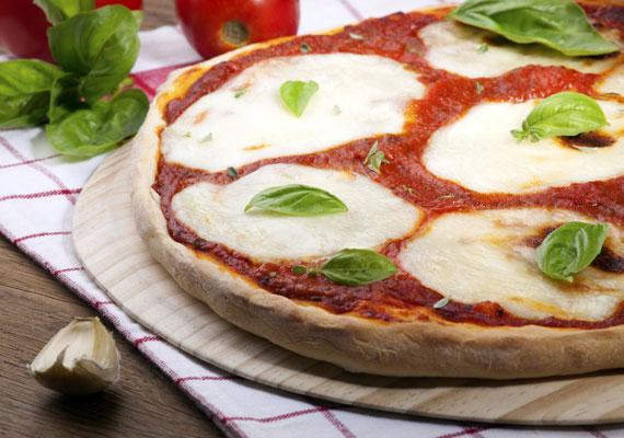 MargheritaAz olasz - és így tulajdonképp a magyar - zászló színeiben pompázó pizzafeltétet először Savoyai Margit látogatásának tiszteletére készítették el, akinek borzasztóan megtetszett ez a fogás, ennek örömére róla is nevezték el. A már messziről felismerhető étel nem a bonyolultabbak közül való, csupán paradicsomszósz, mozzarella sajt és friss bazsalikom kell ahhoz, hogy tökéletes legyen.