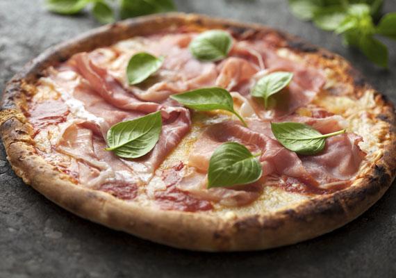 ProsciuttoEz az a feltét, ami a világ összes pizzázójában biztosan megtalálható, hol jobb, hol rosszabb minőségben. Ha sonkás pizzát készítesz otthon, és van rá lehetőséged, csak és kizárólag igazi olasz sonkából készítsd, a különbség az olcsóbb bolti és a kicsit drágább, de jóval minőségibb alapanyag között óriási, mind ízben, mind látványban.