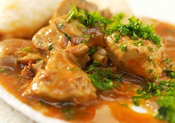Csirkepaprikás                         A csirkepörkölt és a paprikás csirke vagy csirkepaprikás között az alapvető különbséget a tejföl jelenti, anélkül pörkölt, azzal pedig paprikás az, ami a tányéron van. A csirkéből készült változat messze a legnépszerűbb az összes ilyen jellegű fogás közül, ez egyrészt árának és viszonylag egyszerű beszerezhetőségének, másrészt pedig mennyei ízének köszönhető.