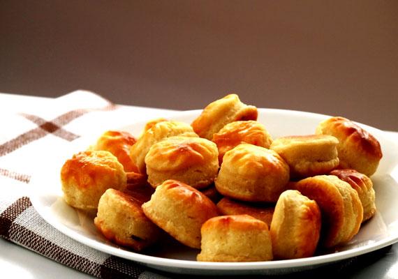 PogácsaAz örök klasszikus, ami minden vendégségben előkerül, nem más, mint a pogácsa. Minimum annyi recept áll belőle rendelkezésre, ahány háztartás van idehaza, a gyors változattól a hajtogatóson át egészen a bonyolultabb, kelt tésztás darabokig. Készítsd tepertővel, krumplival, hagymával, sok-sok sajttal, mindegyik szenzációs lesz. A recepteket a változatok nevére kattintva éred el.