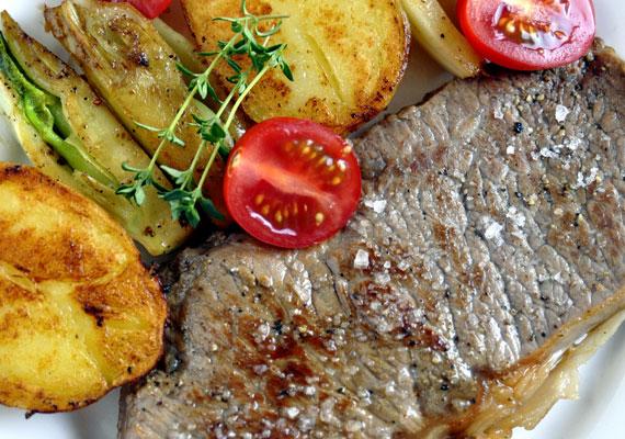 Cigánypecsenye                         A klasszikus fokhagymás fogásnak senki sem tud ellenállni, aki szereti a fűszeres dolgokat. A ropogós szalonnával tálalt hússzelet igazán zamatos étel, amit otthon is bármikor összedobhatsz, és egészen biztosan örülni fog neki mindenki. Az omlós hús akkor a legjobb, ha frissen sülve tálalod, mellé pedig valamilyen lédús zöldség, savanyúság dukál, paradicsom - vagy uborkasaláta például. Itt egy elronthatatlan és gyors recept hozzá »