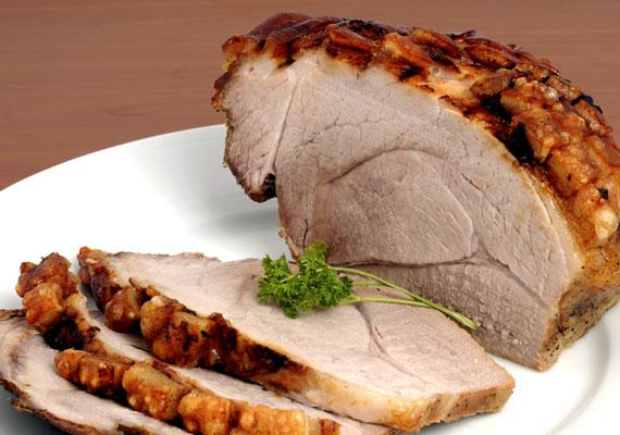 Egyben sült sertéscomb                         Fűszeres sültet ennél könnyebben úgysem tudsz készíteni. A sertéscomb borzasztó hálás alapanyag, alig pár fűszer kell ahhoz, hogy tökéletest alkoss, és a sütés sem túl bonyolult: melegítsd elő a sütőt, told be a húst, és keress valami elfoglaltságot. A kissé árnyaltabb leírást itt találod, ha így készíted, biztosan finom lesz »