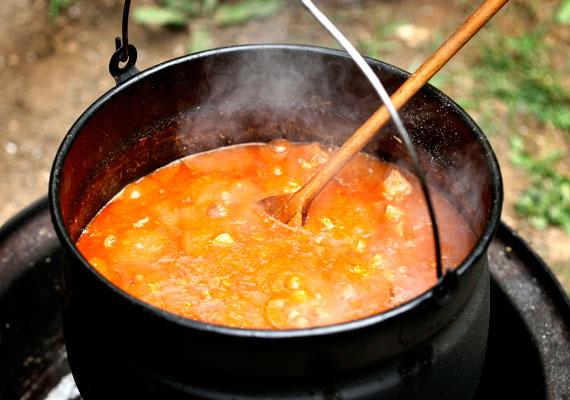 Sertéspörkölt                         A magyar konyha egyik alapvetése, hogy pörköltet mindenből lehet készíteni, főzzük zöldségből, húsokból, olyan állati részekből, amit kevésbé szerencsés vidékeken biztosan nem próbálnának meg tányérra varázsolni, szóval tényleg bármiből pörköltet készít a magyar szakács, nincs ez máshogy a sertéshússal sem. A kockákra vágott comb tökéletes alap egy gyors pörkölt készítéséhez, ráadásul alig egy óra alatt készre is fő, bográcsban vagy egy szebb edényben. Itt egy tökéletes recept hozzá »