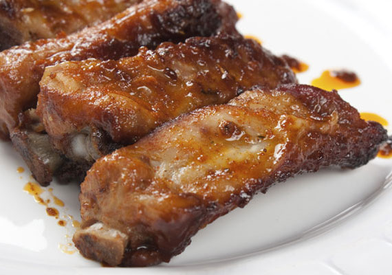 Sült oldalas                         Az igazán finom, omlós sült oldalas igényel némi időt, mire tökéletesre sül, de a várakozás minden perce megéri, egyrészt szép lassan finom, fűszeres illat lesz úrrá a konyhán, másrészt pedig a végeredmény, a csontról szinte leomló, lágy és szaftos hús egyszerűen tökéletes étel. Vele sült zöldségekkel, répával, paradicsommal, krumplival a legjobb, no meg persze rengeteg fokhagymával. A kisült zsírját pedig tedd el a reggelihez mindenképpen! Az omlós és szaftos receptet itt találod »