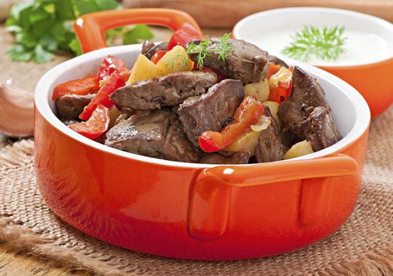 Lecsós májA friss zöldségekből készült lecsó finom, a vele készült máj pedig egyszerűen zseniális. Gyakorlatilag ugyanazt kell tenned, mintha lecsót készítenél, csak amikor szépen összeestek a zöldségek, add hozzájuk a májat is, és főzd át jó alaposan. A fokhagyma és a só csak a végén kellenek bele, a többi fűszert bármikor hozzáadhatod. A receptet itt találod!