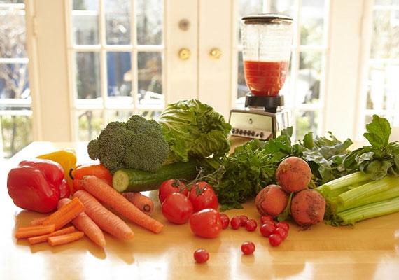 Zöldséges smoothieTulajdonképpen bármilyen zöldségből készíthetsz innivalót, így sokkal könnyebben be tudod juttatni a szervezetedbe, mintha külön-külön mindegyiket elrágcsálnád, a hatásukat pedig ugyanúgy kifejtik. Darabold össze a kiválasztottakat, adj hozzájuk egy kis petrezselymet és némi frissen őrölt borsot, és már indulhat is a turmixgép!