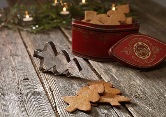 Az elmaradhatatlan forma, ha karácsonyi mézeskalácsról van szó, temérdek helyen kaphatsz hozzá sablont, de inkább vágd ki kézzel, úgy lesz az igazi, egy kis ételfestékkel pedig akár zöldre is kenheted, cukormázzal pedig havat varázsolhatsz rá, így nagyon szép dísz lehet.