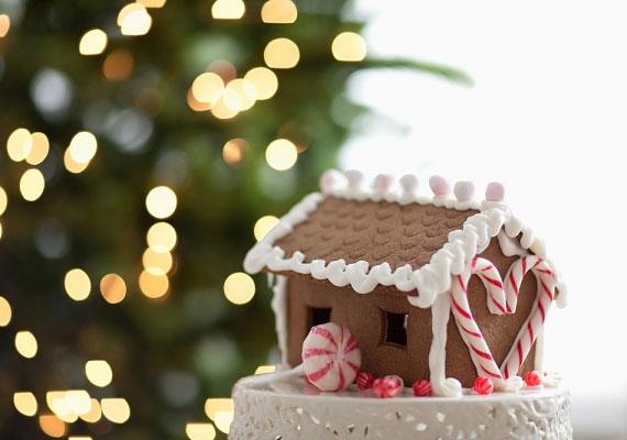 A legnépszerűbb, leggyakrabban előforduló mézeskalács-megoldások közül talán a legbonyolultabb, előzetes tervezést igényel, találd ki, hogy mekkora házat szeretnél, és arra mekkora tetőt. Kötőanyagnak használj sűrű cukormázat vagy frissen karamellizált cukrot.