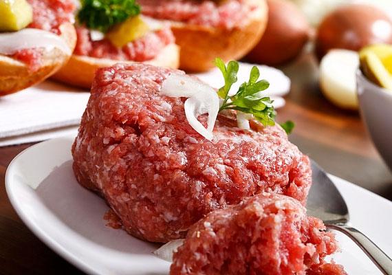 A hús                         A fasírt eredetileg sertéshúsból készült, a legalkalmasabb a darált lapocka vagy comb. Ne kockáztass a bolti, előrecsomagolt, ki tudja, miből összetákolt darált hússal, inkább menj a henteshez, válaszd ki a neked tetsző húsdarabot, daráltasd le, és abból süss fasírtot.