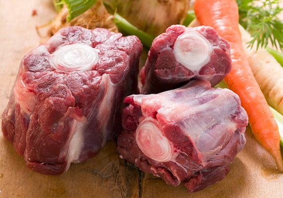 A hús kiválasztásaAz első és legfontosabb feladat, ha húslevest akarsz készíteni, a hús kiválasztása. A teljesen hétköznapi megoldásoktól egészen a különlegesebb alkatrészekig rengeteg lehetőséged van, a csontosabb-zsírosabb darabokból készül a legfinomabb leves, emellett a legjobb húslevesek jellemzően ugyanazon állat több különböző részéből készülnek.