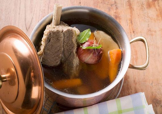 A kész levesKörülbelül három órányi lassú főzés után - ha marhából készítetted - elkészül az ellenállhatatlan leves, amit hangulatodnak megfelelően vagy átszűrsz egy másik tálba, vagy nem, és utána már tálalhatod is, forrón, gőzölögve, frissen. Vagy el is teheted, másnapra még jobban összeérnek az ízek, és talán - ha lehet - még egy kicsivel finomabb lesz.