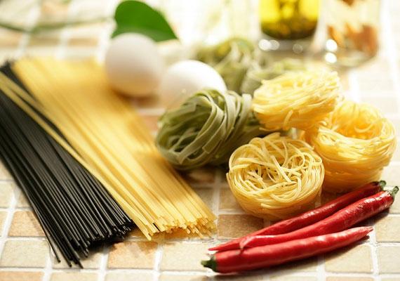 A tésztaAz, hogy a kész ételtől külön főzöd, avagy benne készíted el, szintén egyéni ízlés kérdése, a külön főzött verzió nagy előnye azonban, hogy, ha későbbre marad a levesből, akkor nem ázik szét benne, hanem bármikor külön bele lehet tenni, vagy esetleg frissen új adagot főzni.