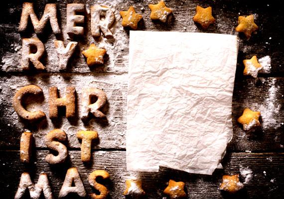 BetűkA mézeskalácstésztából nemcsak különböző alakzatokat, hanem betűket is vághatsz, amikből aztán komplett üzeneteket fabrikálhatsz, vagy például mindenki monogramját elkészítheted, és ráteheted a neki szánt ajándék csomagolására, családi körben úgyis viszonylag ritka az azonos monogram.
