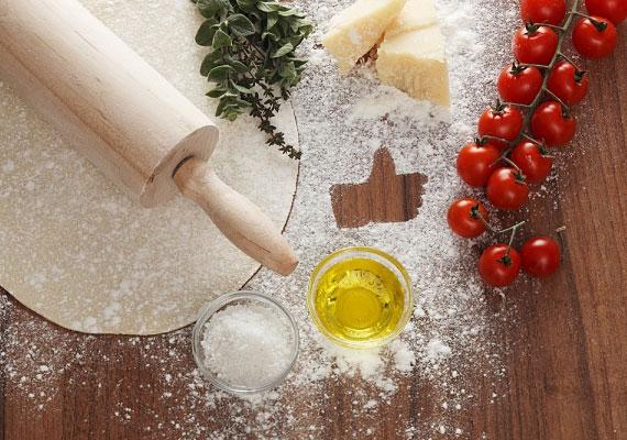 A feltétAmíg kel, addig összeszedheted, mit is szeretnél rápakolni. Készítheted egységes ízűre az egész pizzát, vagy negyedenként, felenként más-más feltétet alkalmazva több ízűre is. Itt teljesen igaz a kevesebb néha több elv, tehát úgy lesz a legjobb a pizza, ha minél kevesebb feltétet alkalmazol. Gyakorlatilag a sajt, a paradicsom és a finom zöldfűszerek alkotják a tökéletes olasz változatot, persze ez inkább ízlés kérdése - ha szereted, ha roskadozik a feltét alatt, akkor készítsd úgy.