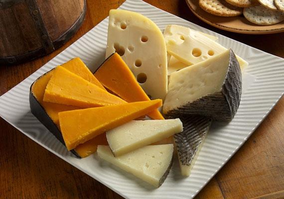 A sajtA sajt az a feltét, ami nélkül szinte biztosan nem készül pizza, minél több kerül rá, annál finomabb és laktatóbb lesz a végeredmény, a legjobb talán az, ha egyszerre többfélét is használsz. Érdemes egy kicsit kinyitnod a pénztárcád, és jobb minőségű példányok közül válogatnod, a végeredmény szempontjából egyáltalán nem mindegy, hogy milyen sajt kerül a pizzára.