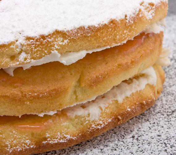 Ha tortához készítesz piskótát, a lapokat külön süsd meg, úgy kevésbé szívja be a krémet.