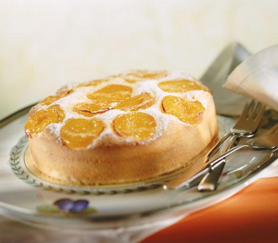 Az egyszerű díszítés is elég ehhez a mennyei süteményhez.