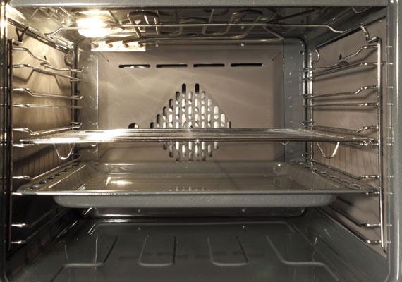 Sütő előmelegítéseAhogy a piskótánál, úgy a piskótatekercsnél is nagyon fontos a megfelelő hőmérséklet. Nagy különbség a hagyományos piskóta és a tekercshez sütött piskótalap között, hogy előbbit mindig 180 Celsius-fokra előmelegített sütőben kell sütnöd, a tekercshez pedig a lapot 240 fokon érdemes rövid idő - 8-10 perc - alatt készre pirítanod.