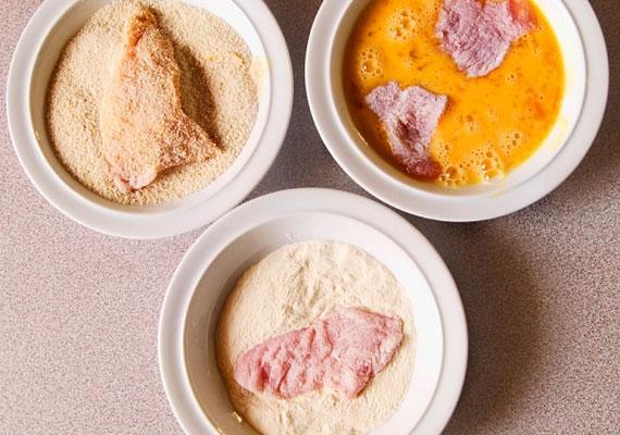 PanírozásTalán a legfontosabb részfeladat a rántott hús esetében a jó panír összehozása, ha valamivel fel szeretnéd kicsit dobni, akkor a lisztbe érdemes egy kis borsot vagy zöldfűszereket csempészned, minimálisan változtat a hús ízén, de egy picit mégis mássá teszi. A tojásba tégy egy kevés tejet is, a morzsa pedig akkor a legjobb, ha házilag készíted.