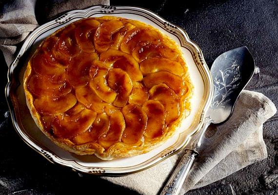 A karamellás almatorta a hagyományos almás lepény felturbózott változata. A tölteléket megszórtuk durvára vágott dióval, a forró süti tetejét pedig gazdagon meglocsoltuk olvasztott karamellával. A karamellás almatorta almás összeállításunk első receptje »