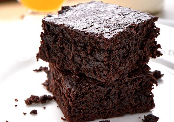 Csokoládés bögrés sütiA csokoládé szezonja egész évben tart, ezért aztán karácsonykor is nyugodtan készíthetsz valamilyen egyszerű, de nagyszerű süteményt a jellegzetes színű édességből. Az igazán omlós, jó csokoládés sütit kínálhatod vaníliasodóval, vagy nyakon öntheted egy jó adag olvasztott csokival is, hogy még finomabb legyen. Az ünnep alkalmából készítheted fehér csokoládéból is, itt találod hozzá a receptet!