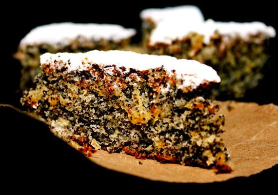 Mákos bögrés sütiA mákos édességek is az ünnepek sztárjai. Az apró szemű hozzávalóval látványos édességet készíthetsz, a nagyi lekvárjával ízesítve pedig igazán finom lesz. Rombusz formára vágva néz ki a legjobban, na meg jó sok porcukorral megszórva. A tésztájából semmiképpen se hagyd ki a citromhéjat! Itt találod az egyszerű receptet hozzá.