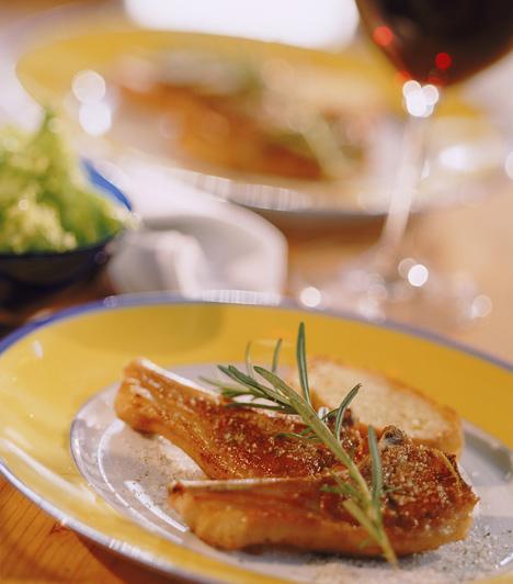 A szárnyasokhoz alapvetően friss, gyümölcsös borok illenek, de nem biztos, hogy a fehér a legjobb választás. Egy kacsasült például jól kiegészülhet egy könnyű vörösborral vagy testesebb sillerrel. A borok hőmérséklete sem mindegy, étkezéshez jellemzően 10-14 celsius fok között érdemes őket fogyasztani, a vörösek közül a testesebbek és a desszertborok mehetnek akár ezen értékek fölé is.