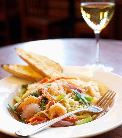 Bármilyen könnyű fogást - salátát, tésztát, rizottót - szépen kiegészít egy fehérbor. Ha különleges alkalomra készülsz, érdemes borszaküzletben vásárolni, illetve tanácsot kérni az eladótól, hogy az adott ételhez, illetve borhoz mit ajánl.