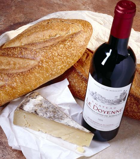 Ma már egyáltalán nem él a szabály, hogy fehér hús mellé fehérbort, vörös hús mellé pedig kizárólag vöröset szabad felszolgálni. Sokkal inkább az adott bor testességén múlik, hogy milyen ételt egészít ki tökéletesen. Ha bográcsozni készülsz, vagy egy jó tál halászlé mellé keresed a tökéletes választást, akkor portugieser, kadarka, vagy kékfrankos jellegű borokkal biztosan nem nyúlhatsz mellé.