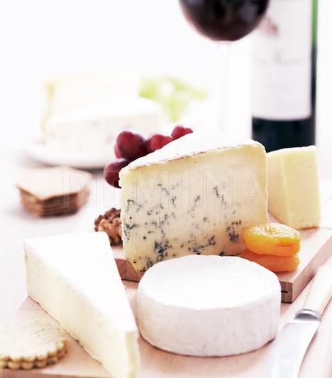 Itthon nem olyan népszerű az étkezés végén sajtot fogyasztani, pedig remek lezárás. Könnyű, nem túl erőteljes ízű sajtokhoz hasonló bor dukál, de egy szagos, keményebb sajthoz jobb a vörösbor.                         A sajt és a bor remekül kiegészítik egymást, de borkóstoláskor nem szerencsés párosítás, a sajt ízanyagai ugyanis tompítják az ízérzékelést.