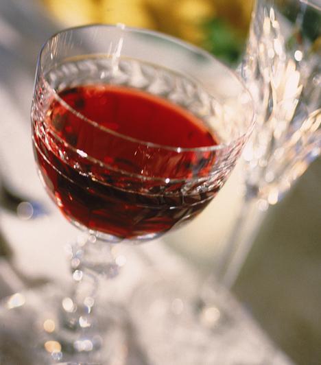A desszertekhez is több lehetőséged van bort választani, arra ügyelj, hogy a bor mindig édesebb legyen, mint maga a desszert, illetve a kései szüretelésű borokat keresd elsősorban, nameg persze az idehaza elmaradhatatlan, hungarikumnak számító klasszikus desszertborról se feledkezz meg, a tokaji aszúról.