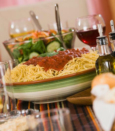 Ha a tésztához húsos, fűszeres, paradicsomos szószt készítettél, akkor ne adj mellé fehérbort, hanem bátran válassz egy közepesen erős vörösbort. Így nem elnyomják egymás ízét, hanem kiemelik. Egyébként a tésztákhoz általában egy könnyű fehérbor, vagy akár egy friss rozé a tökéletes választás.
