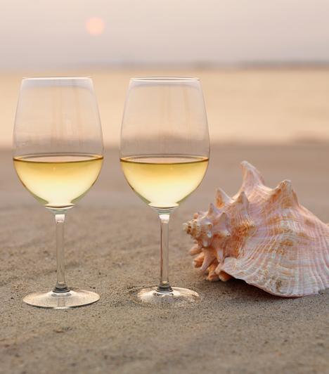 Nem nyúlhatsz mellé, ha halakhoz és a tenger gyümölcseivel készült fogásokhoz könnyű fehérbort szolgálsz fel. Lazachoz, amit manapság már egyre könnyebb beszerezni és amelynek az íze erőteljesebb, választhatsz fűszeresebb, szárazabb verziót.