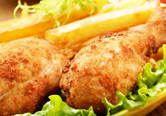 Rántott csirkecombMinden vasárnapi ebédek alfája és omegája a legendás dobverő, ropogós bundában. Persze vannak, akik a felsőcombra esküsznek, megint mások a filézett változatot részesítik előnyben, de egy biztos, ennek az ételnek nem lehet ellenállni. A legjobb akkor lesz, ha a panírozás előtt áztatod egy kicsit tejben, ha pedig szeretsz pepecselni, rejts egy kis darab májat a felsőcomb bundája alá!. Itt a végtelenül egyszerű recept, ha így készíted, biztosan nem fogod elrontani.