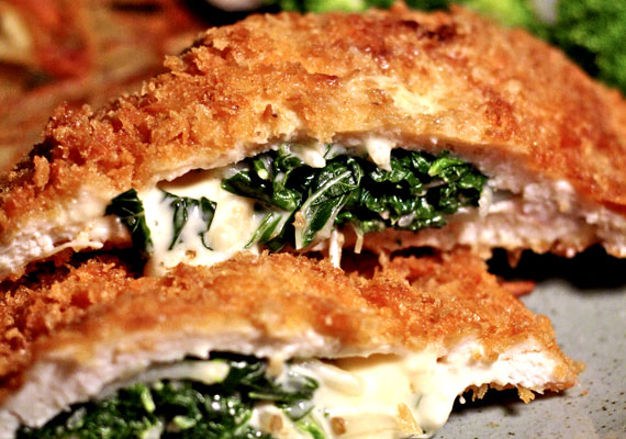 Kijevi csirkemell                         A fűszervaj lággyá varázsolja a vele töltött csirkemellet, ami a panírozás után forró olajban kisütve igazán szaftos, zamatos és omlós lesz, nem pedig egy száraz és íztelen valami. Jó nagy adag tartárral és fűszeres krumplival tálalva a legfinomabb. A receptjét itt találod.