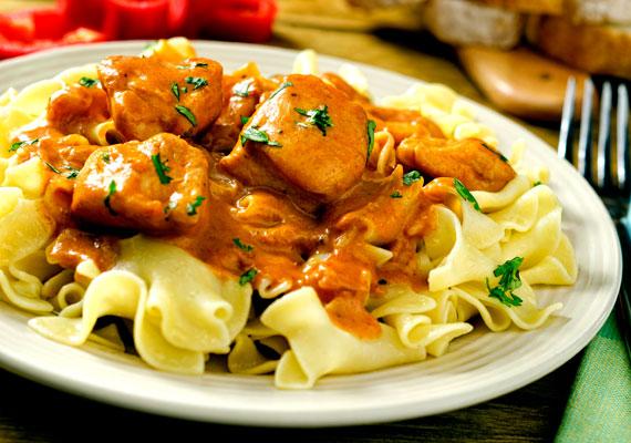 Paprikás csirkemellből                         Ugyan az igazi csirkepaprikáshoz kell az egész csirke, mellből is elkészítheted ezt az ételt. Hogy igazán szaftos legyen, inkább csontos mellet válassz, és egy pár szárnyat vagy hátat is tegyél melléjük. A világ leggyorsabban elkészíthető paprikásának receptjét itt találod.
