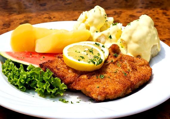 Rántott csirkemell                         A műfaj legismertebb klasszikusa a rántott csirkemell, amit sokan félreértenek, és még többen készítenek ehetetlenül szárazra. Hogy te ne ess ebbe a hibába, alkalmazd a fentebb már említett tejbe áztatós módszert, vagy pedig citromos vízben úsztasd pár óráig a nyers hússzeleteket, így a végeredmény nem lesz száraz és íztelen. A panírozás már nem jelenthet gondot, ahogyan a kisütés sem. A tökéletes rántott húshoz vezető lépéseket itt találod.