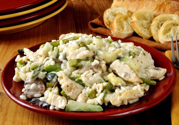 Csirkemell Stroganoff módra                         A savanyú uborkás mártás a csirkemellnek sem áll rosszul, ráadásul pofonegyszerűen elkészítheted, és rizzsel tálalva igazán laktató, finom vacsora lesz belőle. A látványos és zamatos receptet itt találod.