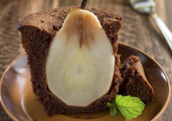 Körtés bögrés sütiBármilyen gyümölcs jól áll a csokis körítésnek, de a körtés változat egyrészt nagyon szépen tud mutatni, másrészt, mivel nem a leggyakoribb összetevő ez a gyümölcsféle, különlegessé is varázsolja az egyszerű édességet, pláne, ha a képen látható megoldást választod. Így készítsd!