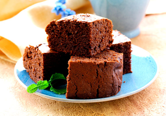 Gyors bögrés csokis sütiMinden sütirecept közül talán a legegyszerűbbek a bögrés változatok, amik persze nem is létezhetnének a csokis megoldás nélkül. A jellegzetes színű édesség alig 25 perc alatt elkészül, és már fogyaszthatod is. Vaníliasodóval vagy ízletes házi lekvárral lesz a legfinomabb. Itt az egyszerű recept hozzá!