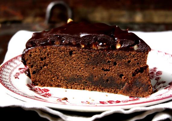 CsokoládétortaA szülinapi zsúrok elmaradhatatlan kedvence a jellegzetes színű édesség, ami akkor a legjobb, ha jó sűrű csokikrémmel vtöltik meg az egyébként is jó csokis tésztarétegek között, és mindez egy jó csokis réteggel van lefedve. Gombóc Artúr biztosan elkérné a receptet, ha te is, itt megtalálod!