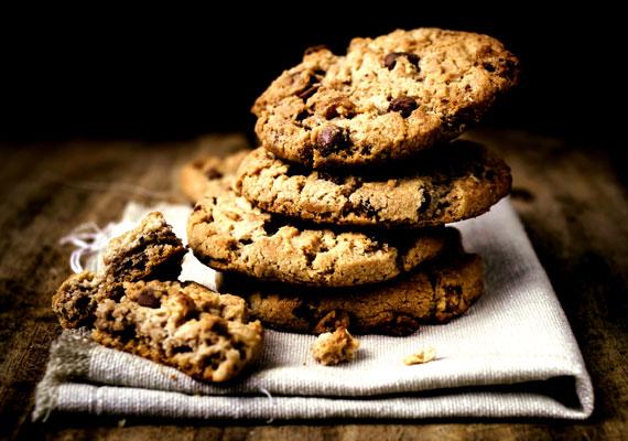 Csokis kekszÉdes, ropogós tészta, kisebb-nagyobb csokoládédarabokkal gazdagítva, ez sem hangzik rosszul, ugye? A csokis keksz óriási előnye, hogy roppant egyszerűen készíthetsz belőle egészen nagy adagokat, és hetekig eláll, vagy legalábbis elállna, ha megmaradna. A ropogós édesség receptjét itt találod.