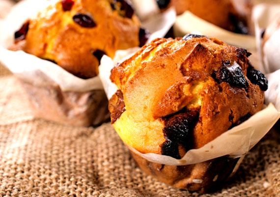 Csokoládés muffinBármilyen alapanyagról is legyen szó, muffin biztosan készíthető vele vagy belőle. Ilyen a csokoládé is, hiszen a muffin tésztáját készítheted kakaóval, és dobálhatsz bele csokidarabkákat is, hogy még jobb legyen az élmény, de az egyszerű alapreceptet is feldobhatod egy pár csokoládétöredékkel. A karácsonyi mikulások legjobb hasznosításának receptjét itt találod.