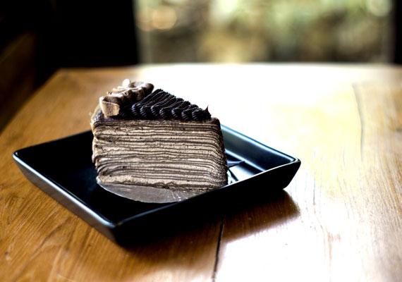 Csokoládés rakott palacsintaNagy dolgok, ha találkoznak... akkor jön létre ez minden édességrajongónak kedves hibrid, a csokis rakott palacsinta. A csoki és a palacsinta külön-külön is ellenállhatatlanok, de így együtt valami fantasztikusan finom és édes desszertet alkotnak. Próbáld ki minél hamarabb ez alapján a recept alapján!