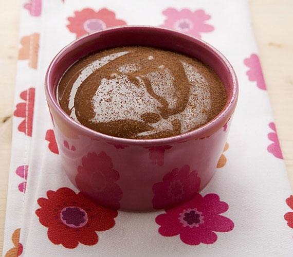 Ha elkészültél két piskótalappal, és még nem tudod, mit tehetnél közéjük, egyértelmű a válasz: a világ legjobb csokoládékrémjét, amivel a legegyszerűbb süteményt is pillanatok alatt mennyei finomsággá változtathatod.